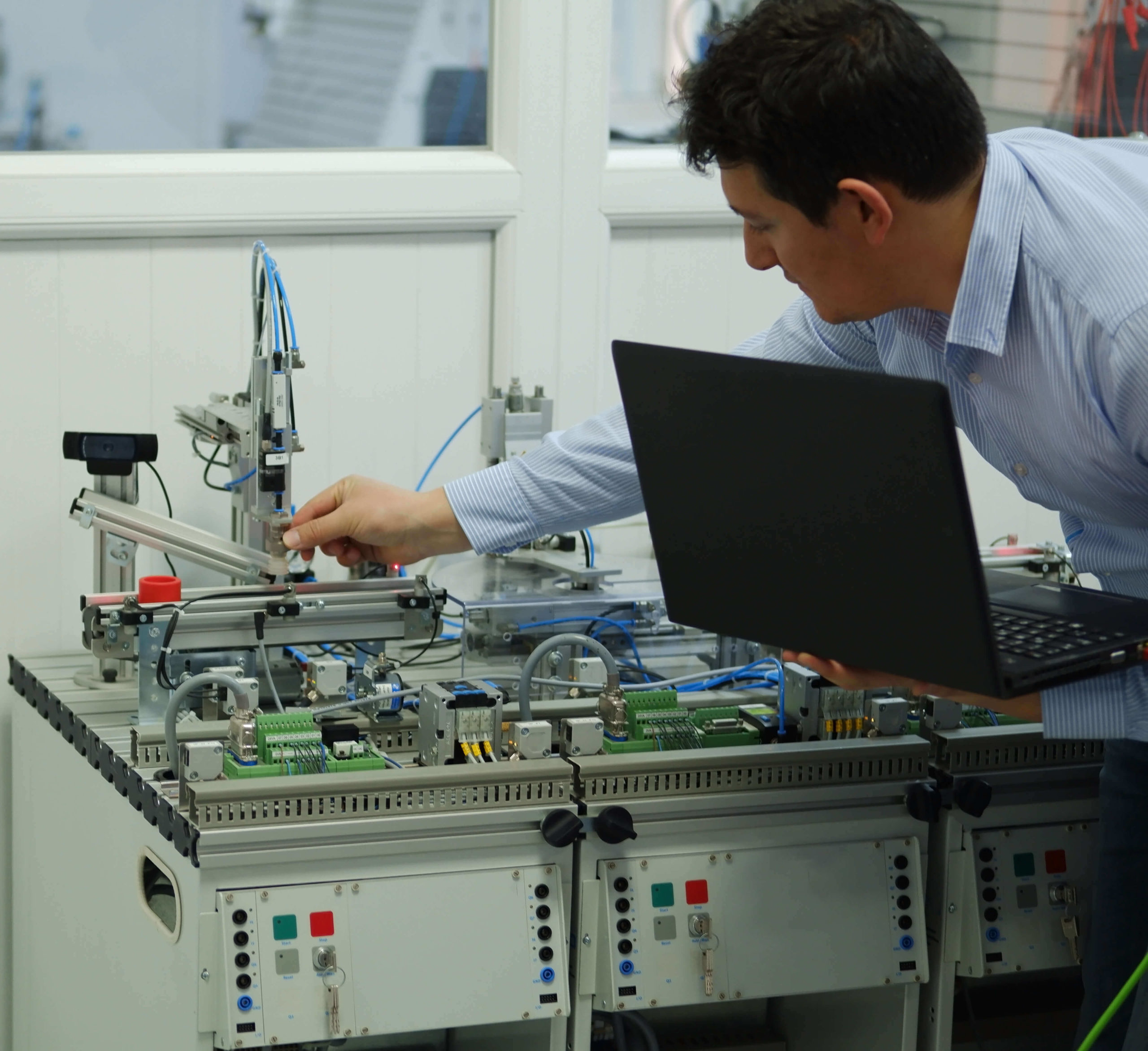 Man demonstrating seetings during a Robotics & automation course